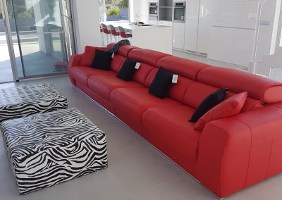 Salón con sofá rojo. Los mejores muebles para salón comedor en Mallorca