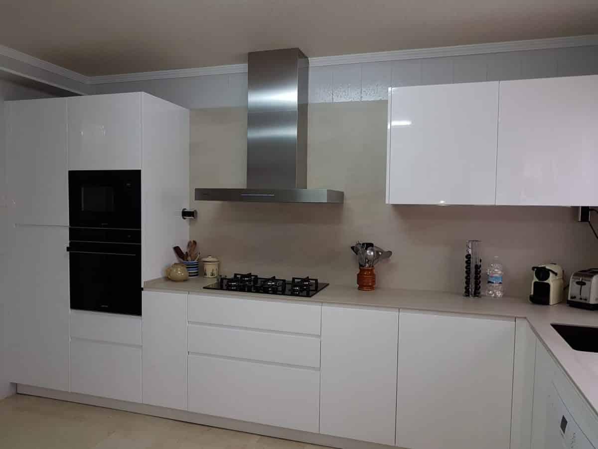 Cocinas allobe mobiliario for Cocina blanca electrodomesticos blancos